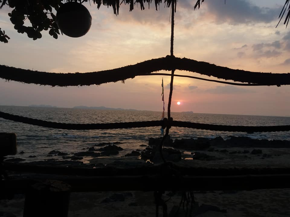 Закат из рок-бара на острове Ко-Джум.
